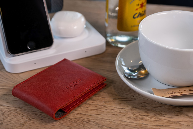 Kožená peněženka FIXED Wallet for AirTag z pravé hovězí kůže, červená