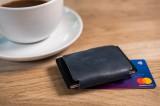 Kožená peněženka FIXED Tiny Wallet for AirTag z pravé hovězí kůže, modrá