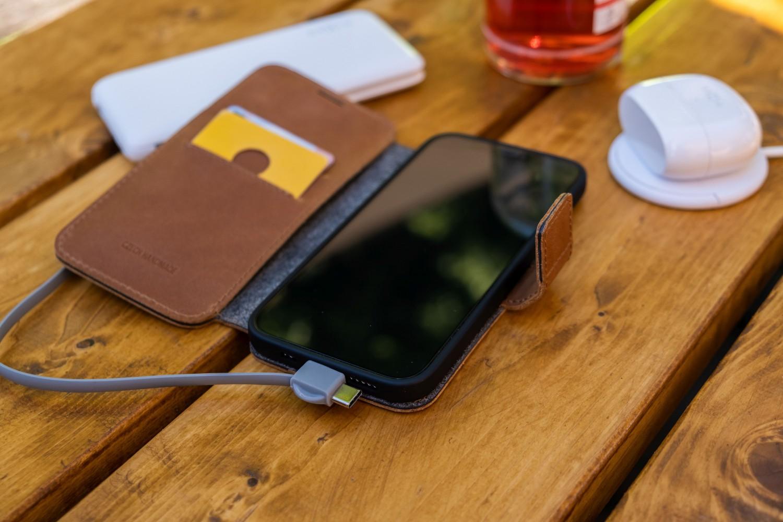 Kožené pouzdro typu kniha FIXED ProFit pro Apple iPhone 13 Pro, hnědá