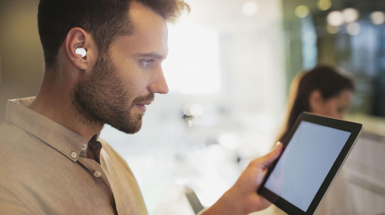 True wireless sluchátka Cellularline PETIT s dobíjecím pouzdrem, bílá