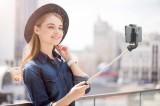 Bluetooth selfie tyč Cellularline Freedom s funkcí tripodu, černá